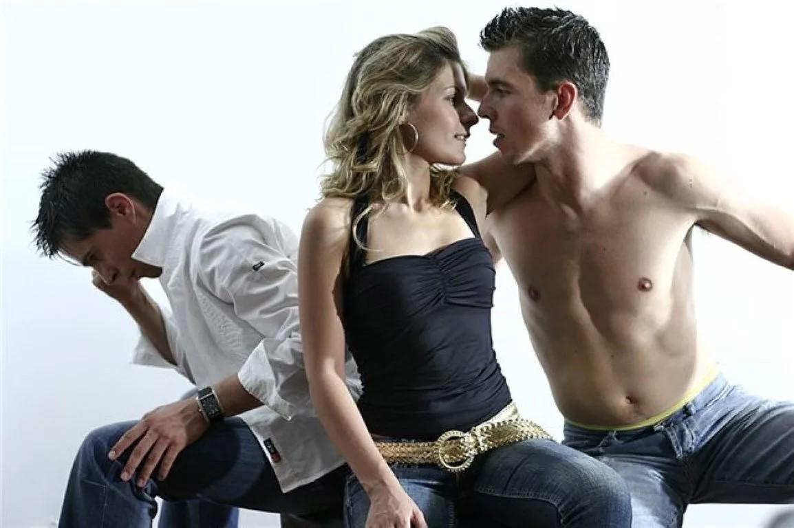 Фильм где двое мужчин делят одну женщину, выебал свою подругу на кухне порно