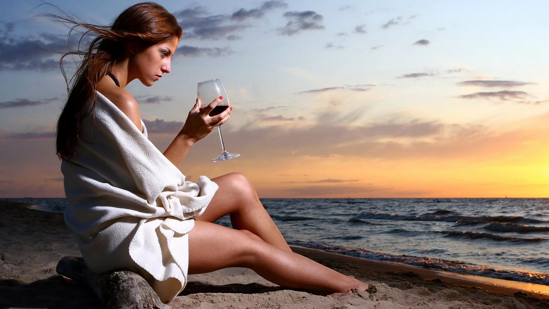 Картинки девушка с бокалом у моря